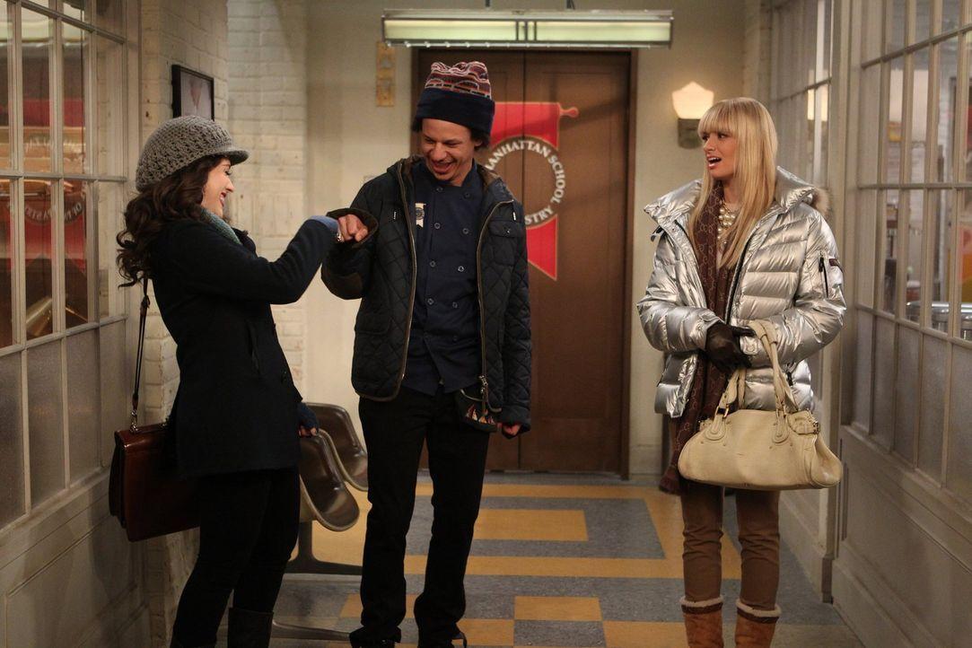 Während Max (Kat Dennings, l.) feststellt, dass sie mit ihrem Übungspartner Deke (Eric André, M.) mehr als nur befreundet sein möchte, versucht Caro... - Bildquelle: Warner Brothers