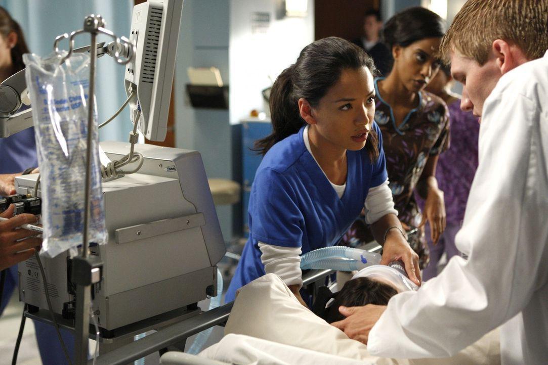 Lauren (Stephanie Jacobsen, l.) tut alles, um im Krankenhaus arbeiten zu können... - Bildquelle: 2009 The CW Network, LLC. All rights reserved.