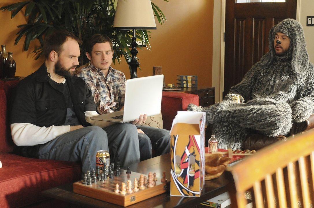 Dass sich Ryan (Elijah Wood, M.) plötzlich so gut mit dem Nachbarn Spencer (Ethan Suplee, l.) versteht, gefällt Wilfred (Jason Gann, r.) gar nicht .... - Bildquelle: 2011 FX Networks, LLC. All rights reserved.