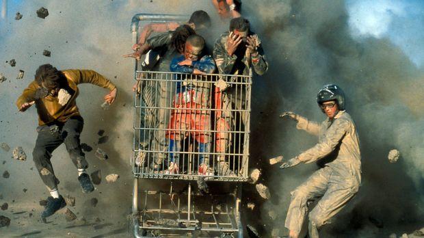 Jackass: Dave England, l., Ehren McGhehey, r. Im Einkaufswagen von der Mitte...