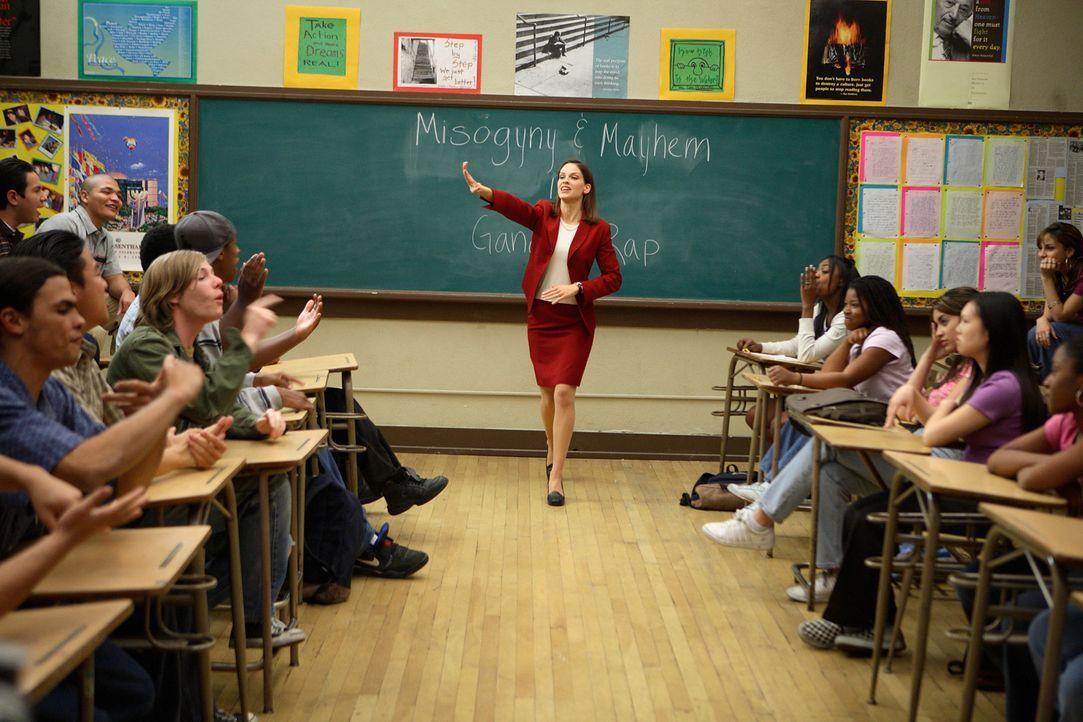 Als die Lehrerin Gruwell (Hilary Swank, M.) begreift, dass ihre Schüler jeden Tag ums Überleben kämpfen müssen, findet sie Zugang zu den Jugendl... - Bildquelle: Paramount Pictures