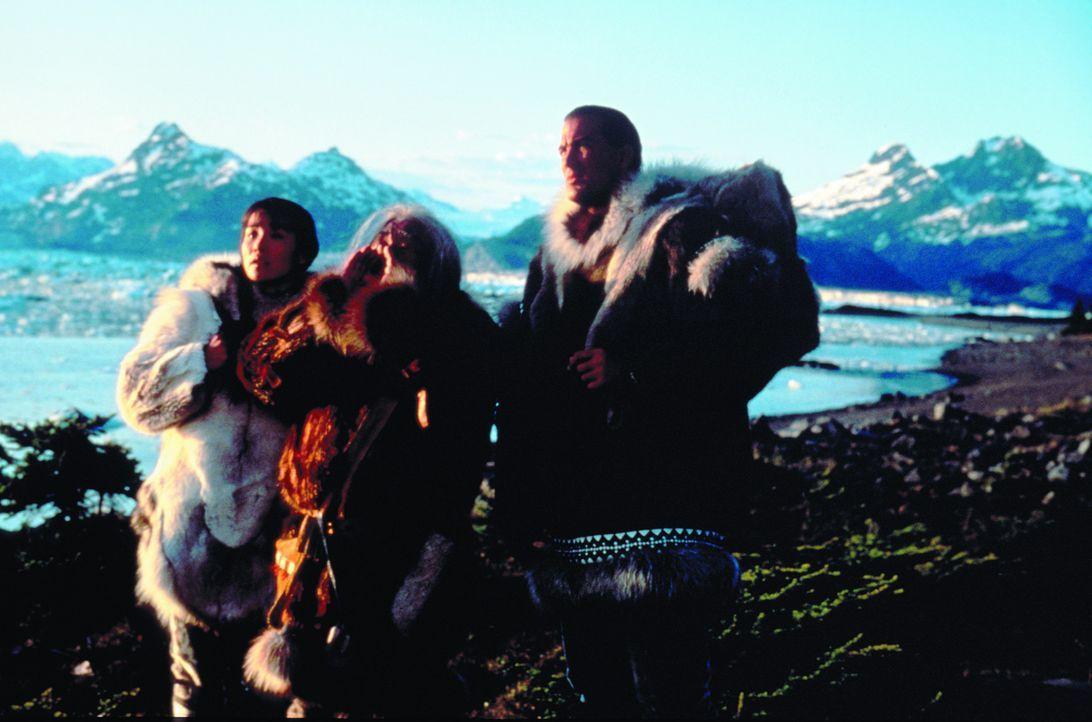 Forrest Taft (Steven Seagal, r.) ist fest entschlossen, sich für Masu (Joan Chen, l.) und Chief Silook (Chief Irvin Brink, M.) einzusetzen. - Bildquelle: Warner Bros.