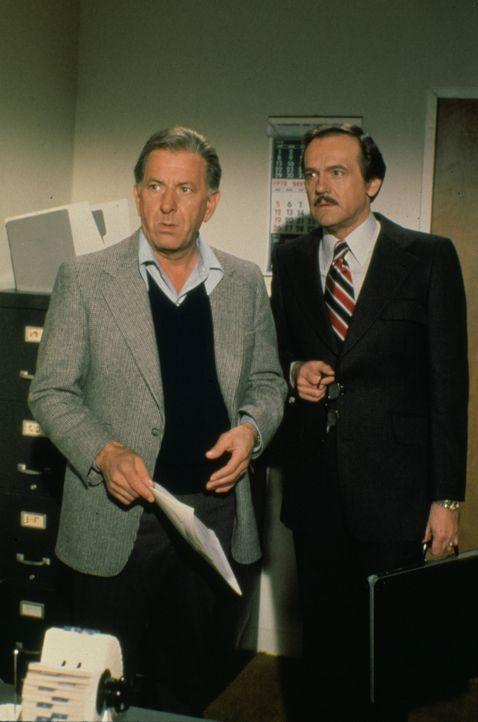 Dr. R. Quincy (Jack Klugman, l.) und Dr. Robert Asten (John S. Ragin, r.) müssen sich mit einem verstorbenen Football-Spieler, der die Gonorrhö hatt... - Bildquelle: 2004 - 2015  NBCUniversal. ALL RIGHTS RESERVED.