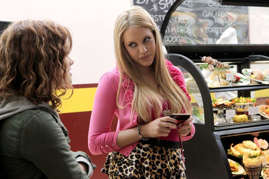Wird sich Tessa (Jane Levy, l.) mit dem merkwürdigen Verhalten von Dalia (Carly Chaikin, r.) anfreunden können? - Bildquelle: Warner Bros. Television