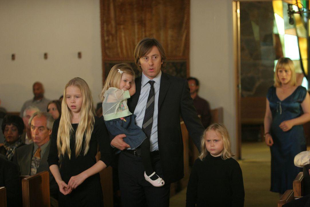 In ihrem Traum findet sich Allison (Patricia Arquette, r.) plötzlich auf ihrer eigenen Beerdigung wieder und sie sieht wie ihr Mann (Jake Weber, M.)... - Bildquelle: Paramount Network Television