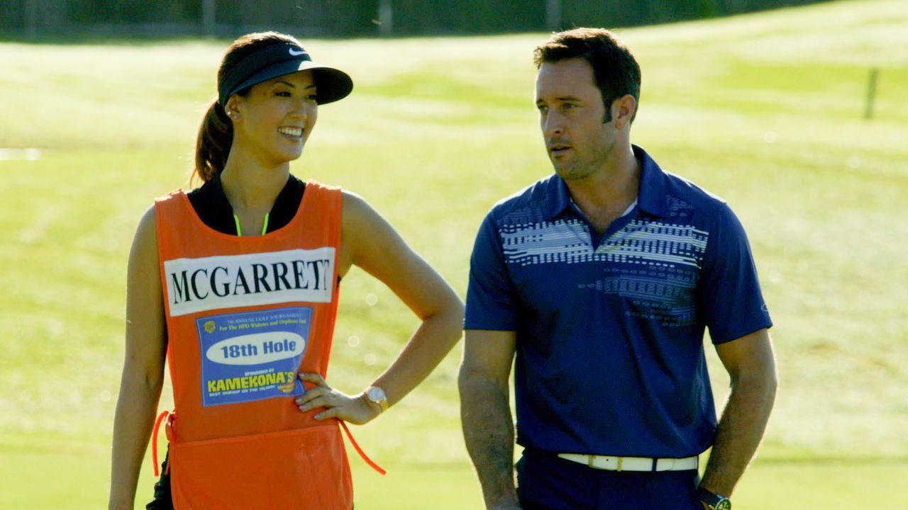 Um sich bei einem Golf-Turnier für den guten Zweck nicht zu blamieren, bekommt Steve (Alex O'Loughlin, r.) Nachhilfeunterricht von Golfspielerin Mic... - Bildquelle: 2014 CBS Broadcasting Inc. All Rights Reserved.