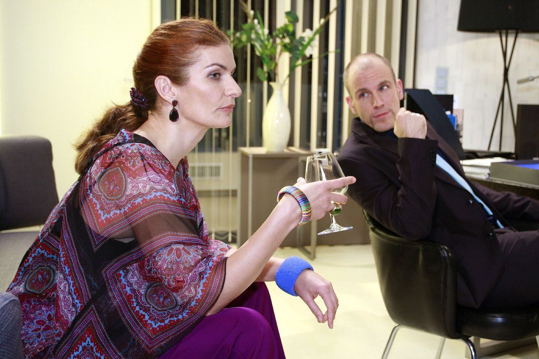 Natascha (Franziska Matthus, l.) und Gerrit (Lars Löllmann, r.) ärgern sich, dass Robert und Jonas dank Anna den Star Manuel Diaz für die Kampagne g... - Bildquelle: Noreen Flynn Sat.1