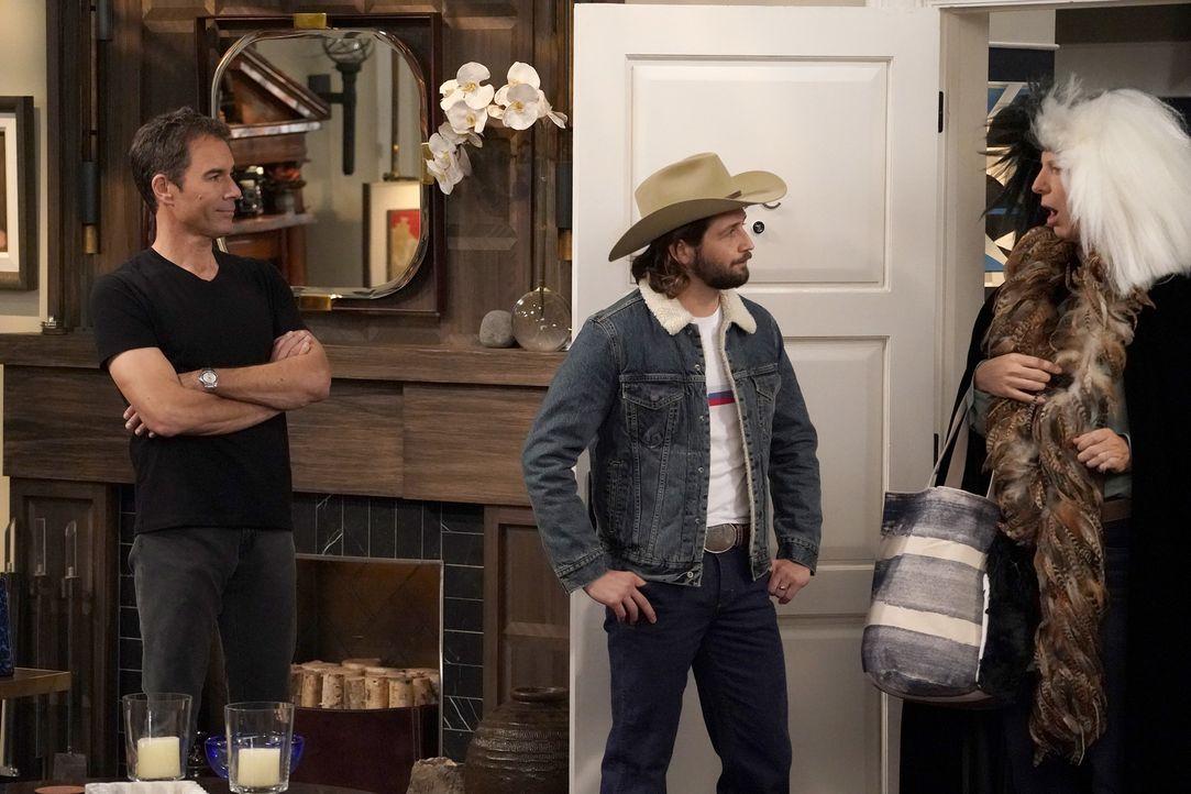 Will (Eric McCormack, l.) ist mehr als erstaunt, als Jacks (Sean Hayes, r.) entfremdeter Sohn Elliot (Michael Angarano, M.) bei ihnen auftaucht und... - Bildquelle: Chris Haston 2017 NBCUniversal Media, LLC