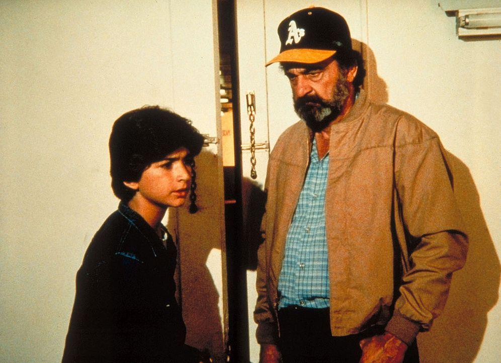 Mark (Victor French, r.) nimmt Tony (Tony LaTorre, l.) mit zu dem kranken Arthur. - Bildquelle: Worldvision Enterprises, Inc.