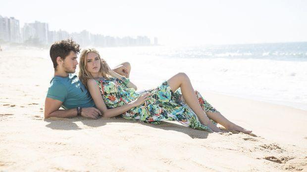 Mann und Frau liegen gemeinsam am Strand