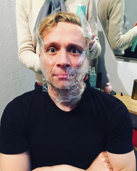 8. Das Gesicht mit Folie abkleben - Bildquelle: instagram.com/matthiasschweighoefer