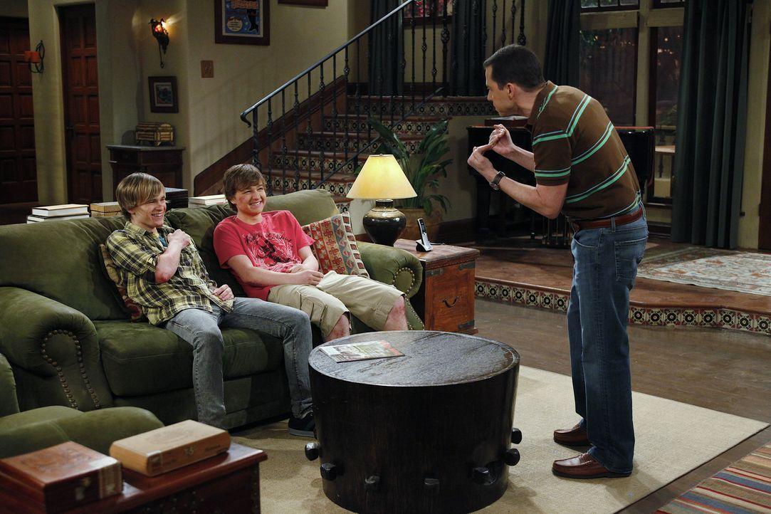 Was ist nur zwischen Alan (Jon Cryer, r.), Jake (Angus T. Jones, M.) und Eldridge (Graham Patrick Martin, l.) los? - Bildquelle: Warner Bros. Television