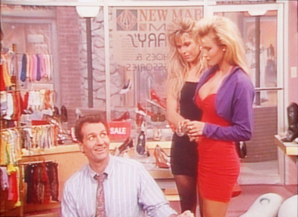 Al (Ed O'Neill, l.) hält sich für unwiderstehlich, während sich die beiden Mädchen in Wirklichkeit über seine schütteren Haare lustig machen. - Bildquelle: Sony Pictures Television International. All Rights Reserved.