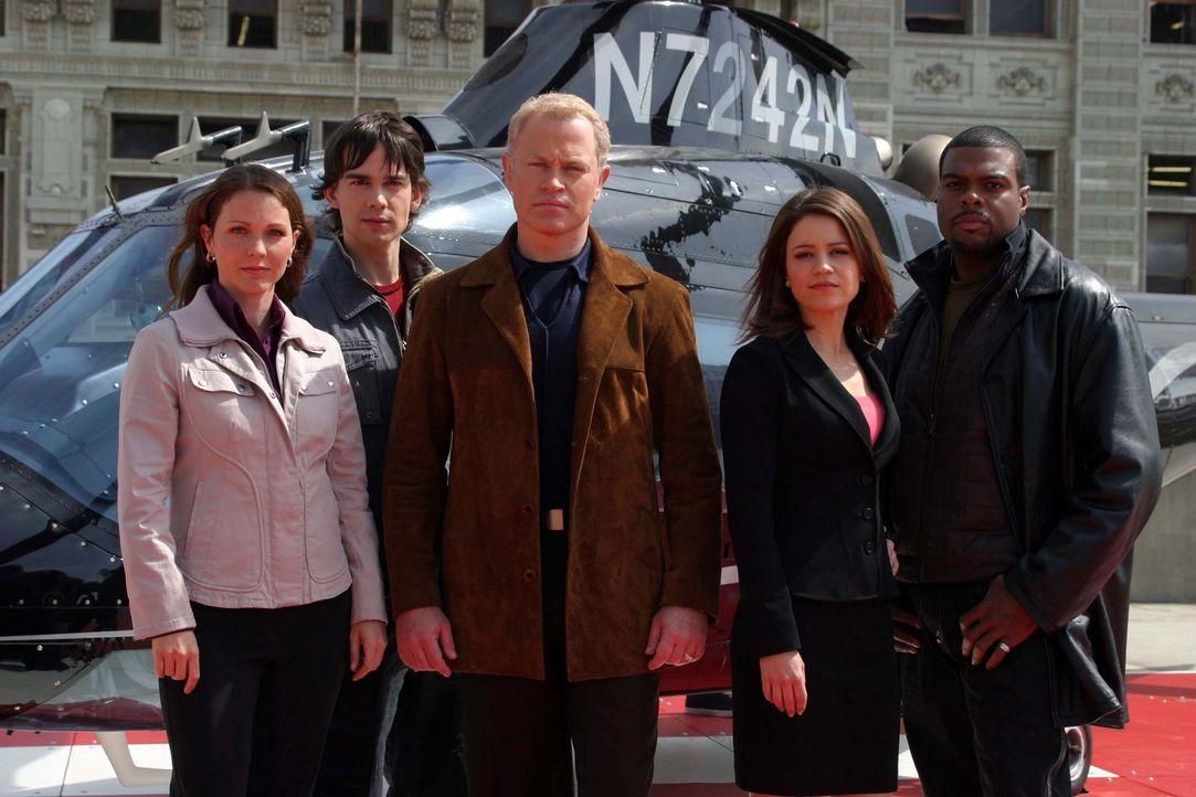 (1. Staffel) - Bei ihren Einsätzen zählt jede Sekunde: Frank Powell (Troy Winbush, r.), Dr. Stephen Connor (Neal McDonough, M.), Dr. Natalie Duran... - Bildquelle: CBS Television