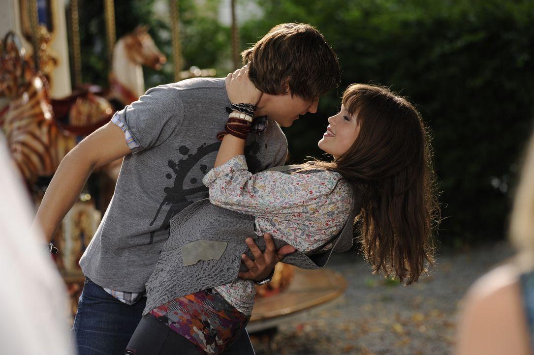 Als Julia (Emilia Schüle, r.) Nick (Daniel Axt, r.) das erste Mal sieht, ist sie sofort verliebt, jetzt muss sie ihn nur noch auf sich aufmerksam m... - Bildquelle: Buena Vista International