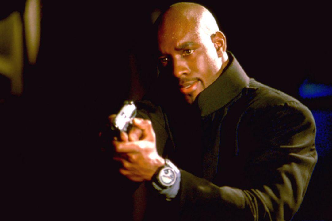 Wechselt die Seiten: Gefängniswärter Donny (Morris Chestnut) ... - Bildquelle: 2003 Sony Pictures Television International. All Rights Reserved.