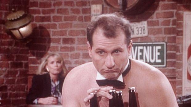 Al (Ed O'Neill) bessert sein Gehalt als Kellner in einer Oben-ohne-Bar für Fr...