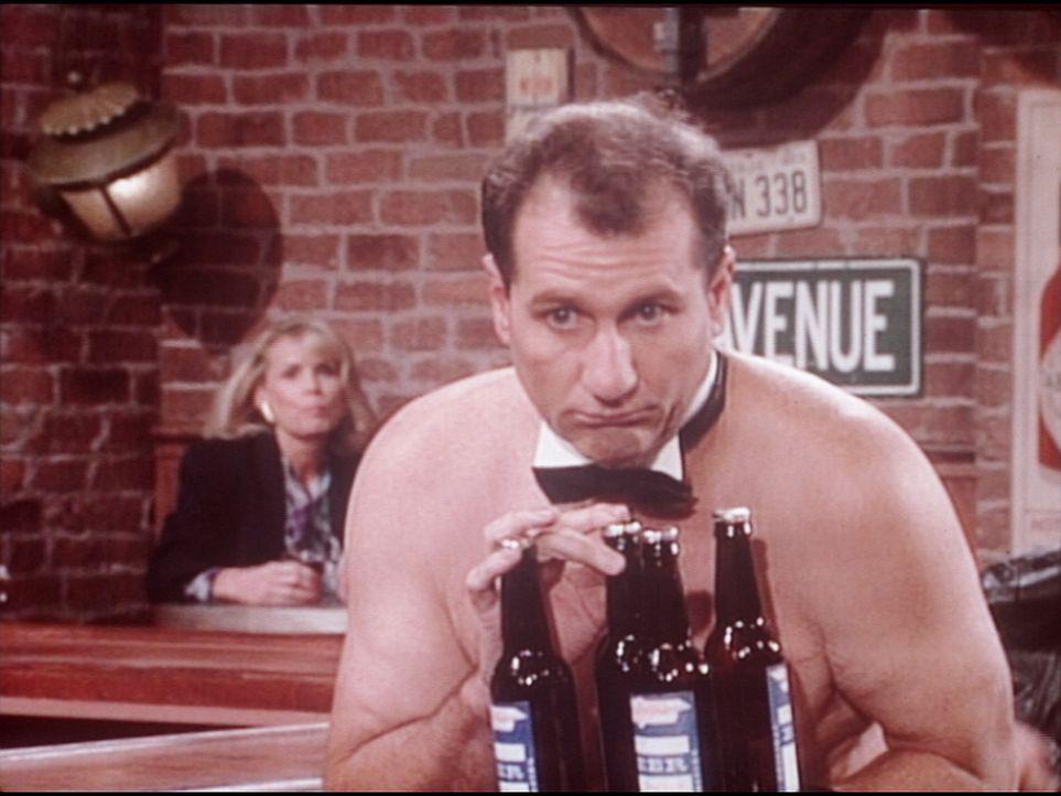 Al (Ed O'Neill) bessert sein Gehalt als Kellner in einer Oben-ohne-Bar für Frauen auf. - Bildquelle: Columbia Pictures