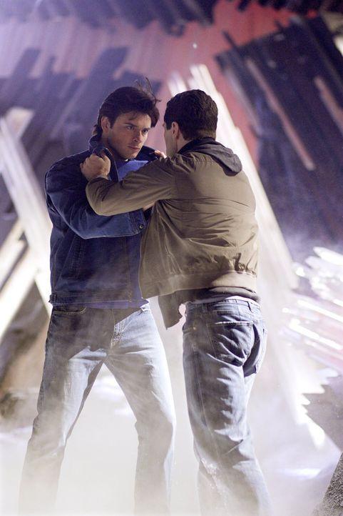 Wird Chloe rechtzeitig zur Festung kommen können, um Clark (Tom Welling, l.) und Davis (Sam Witwer, r.) zu trennen? - Bildquelle: Warner Bros.