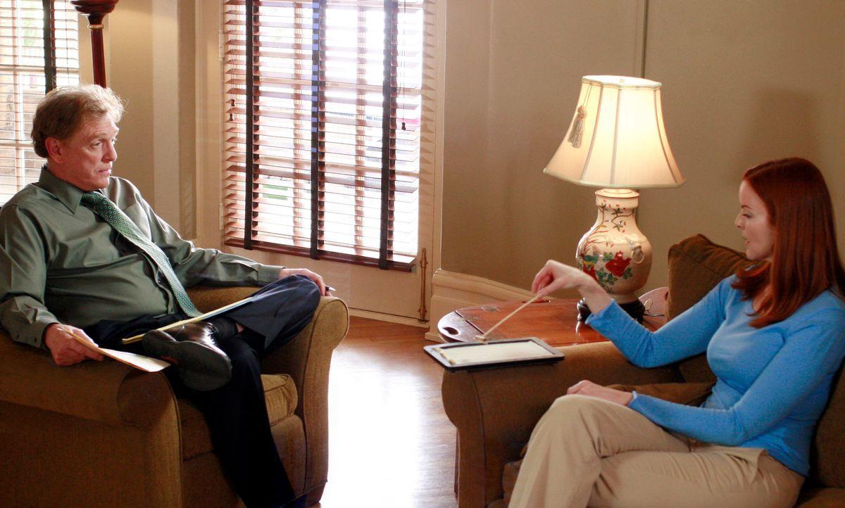 Nachdem man Bree (Marcia Cross, r.) mit Gewalt daran gehindert hat, die Nervenklinik zu verlassen, gibt sie sich Dr. Barr (William Atherton, l.) geg... - Bildquelle: 2005 Touchstone Television  All Rights Reserved