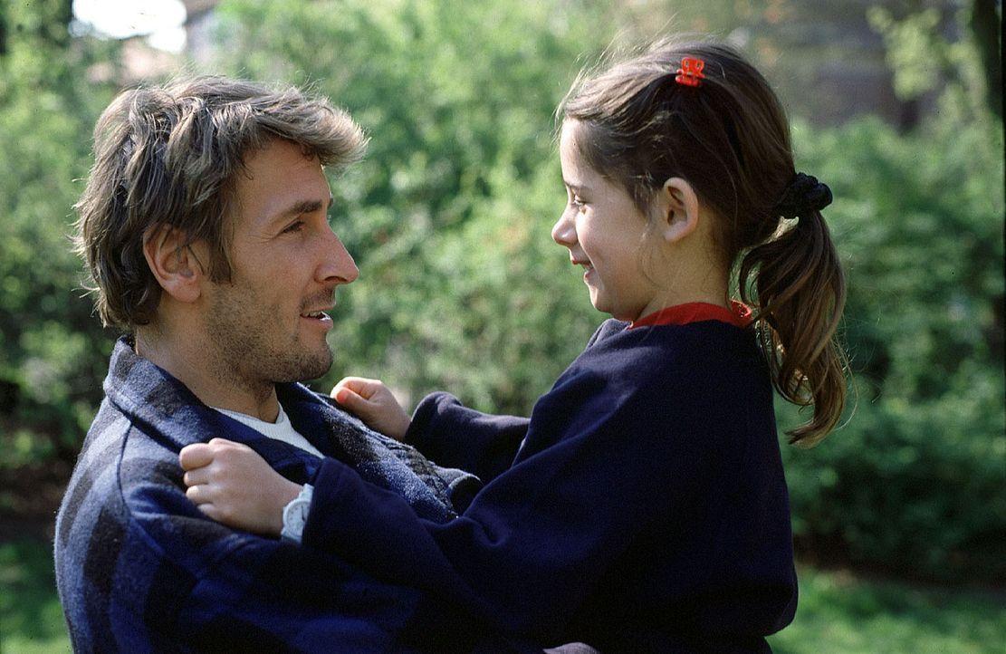 Um seine Tochter Lilli (Jennifer Ostermann, r.) zu retten, heftet sich Philipp Kolberg (Mark Keller, l.) an die Fersen arabischer Giftgas-Händler ... - Bildquelle: Sawhney Sat.1