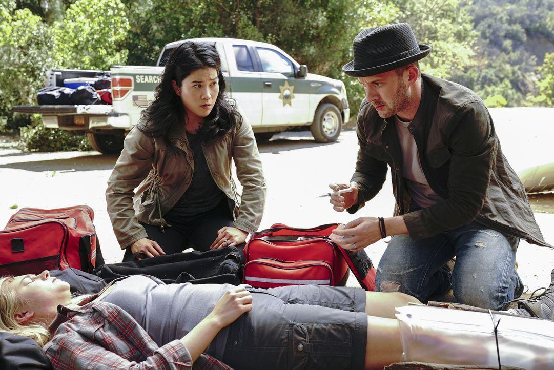 Während Happy (Jadyn Wong, l.) und Toby (Eddie Kaye Thomas, r.) versuchen, der jungen Jessie (Allie Gonino, liegend) das Leben zu retten, haben Cabe... - Bildquelle: Bill Inoshita 2017 CBS Broadcasting, Inc. All Rights Reserved.