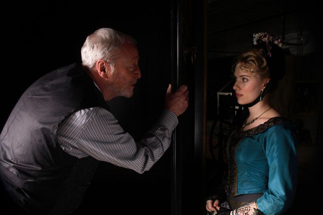 Olivia Wenscombe (Scarlett Johansson, r.) wird die neue Assistentin von Angier, denn Cutter (Michael Caine, l.) ist der Meinung, dass eine hübsche... - Bildquelle: Warner Television