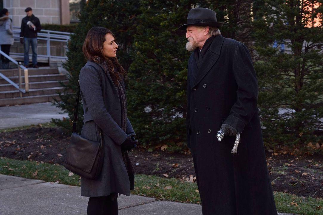 Nora (Mia Maestro, l.) entschließt sich dazu, mit dem alten Mann vom Flughafen, Abraham Setrakian (David Bradley, r.), zu reden. Doch kann sie ihm w... - Bildquelle: 2014 Fox and its related entities. All rights reserved.