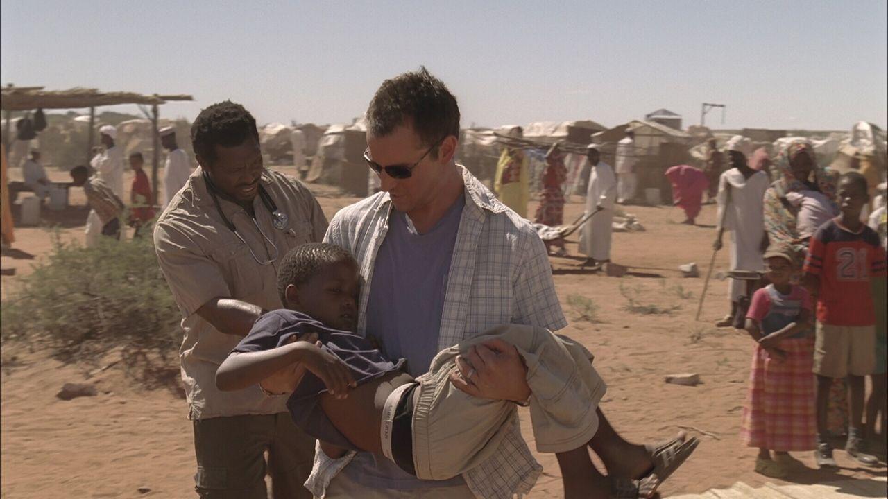 """In der kleinen Provinz Dafur in der sudanesischen Wüste, versucht Carter (Noah Wyle)  einige Zeit für die Organisation """"Ärzte ohne Grenzen"""" Leben zu... - Bildquelle: Warner Bros. Television"""
