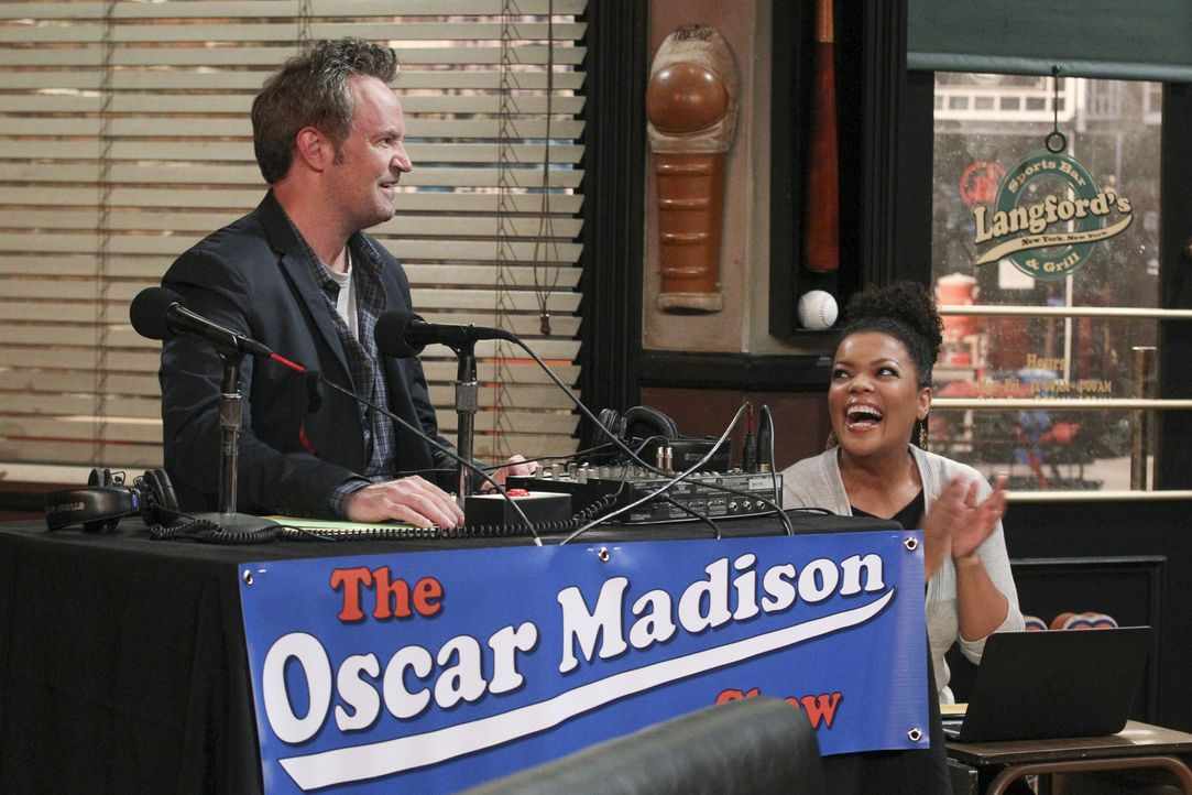 Als Oscar (Matthew Perry, l.) von seinem Rivalen Rich Eisen verhöhnt wird, muss er seine Radio-Sendung etwas verändern. Dani (Yvette Nicole Brown, r... - Bildquelle: Sonja Flemming 2015 CBS Broadcasting, Inc. All Rights Reserved
