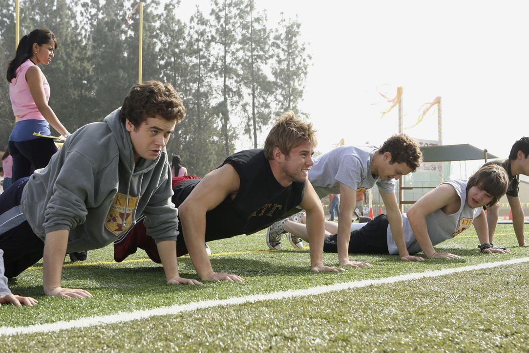 Werden auf den Wettbewerb vorbereitet: Ben (Daniel Weaver, l.), the Beaver (Aaron Hill, 2.v.l.), Rusty (Jacob Zachar, M.), Cappie (Scott Michael Fos... - Bildquelle: ABC Family