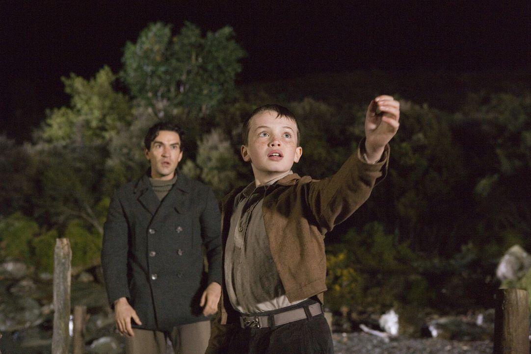 Angus (Alex Etel, vorne) und Lewis (Ben Chaplin, hinten) kämpfen mit allen Mitteln um das Leben von Crusoe ... - Bildquelle: CPT Holdings, Inc. All Rights Reserved. (Sony Pictures Television International)