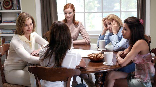 Mary Alice (Brenda Strong, l.), Lynette (Felicity Huffman, 2.v.r.), Gabrielle...