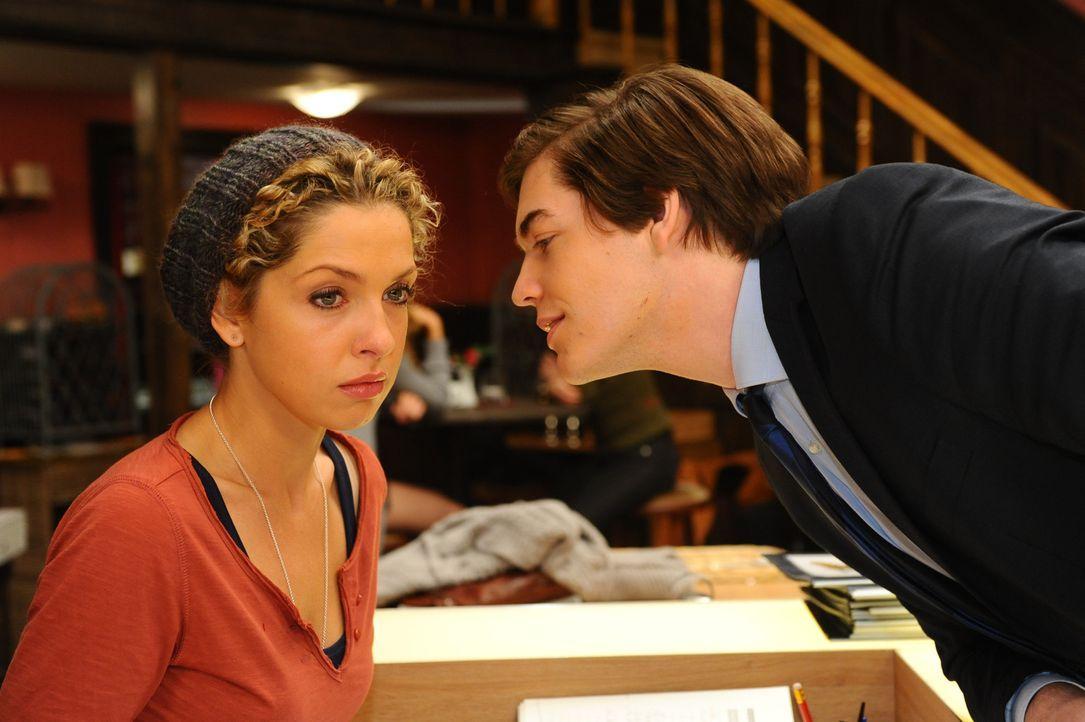 Kai (Frederic Böhle, r.) droht Nina (Maria Wedig, l.) und fordert sie auf, aus der Stadt zu verschwinden ... - Bildquelle: SAT.1