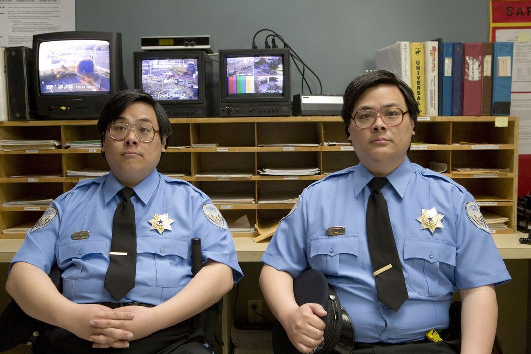 Setzen auf das Überraschungsmoment: Wachleute Matt (Matt Yuan, r.) und John Yuen (John Yuan, l.) ... - Bildquelle: Warner Brothers
