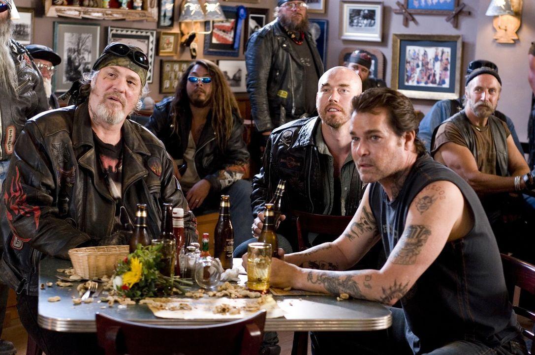 Als die vier Freunde auf die gewaltbereite Biker-Gang Del Fuegos (M.C. Gainey, l., Kevin Durand, M., Ray Liotta, r.) treffen, bedauern sie ziemlich... - Bildquelle: Touchstone Pictures.  All rights reserved