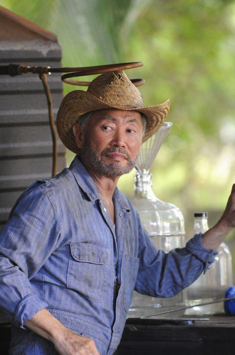 Steht dem Team bei den Ermittlungen in einem neuen Fall bei: Choi (George Takei) ... - Bildquelle: 2012 CBS Broadcasting, Inc. All Rights Reserved.