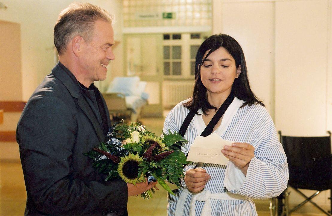 Wolff (Jürgen Heinrich, l.) besucht Anke Voller (Jasmin Tabatabai, r.) in der Klinik, um sich bei ihr für seine Lebensrettung zu bedanken. - Bildquelle: Claudius Pflug Sat.1