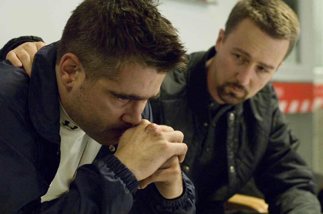 Erst spät erkennt Detective Ray Tierney (Edward Norton, r.), dass ihn sein Schwager Jimmy Egan (Colin Farrell, l.) vor die schwierigste Entscheidung... - Bildquelle: 2008   Warner Brothers