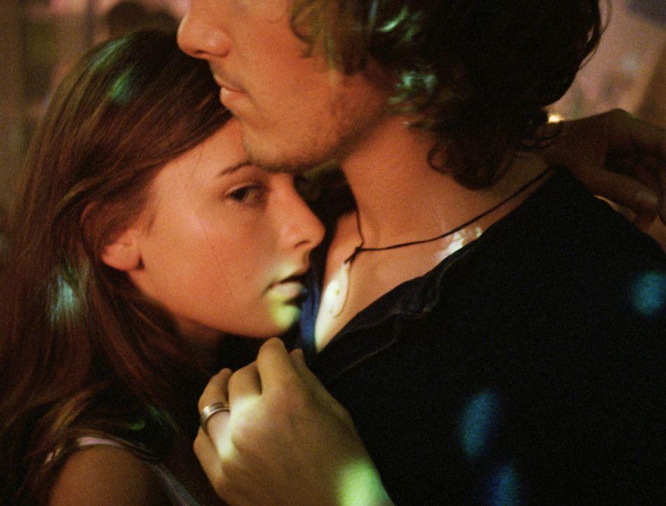 Eng umschlungen tanzt Valerie (Paula Schramm, l.) mit Niklas (Thaddäus Meilinger, r.) ... - Bildquelle: Constantin Film