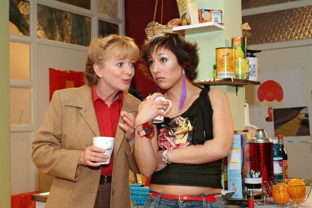 Helga (Ulrike Mai, l.) versucht nicht ganz uneigennützig, Yvonne (Bärbel Schleker, r.) die Vorteile einer Vollzeitarbeit in der Tiki-Bar schmackhaft... - Bildquelle: Monika Schürle Sat.1
