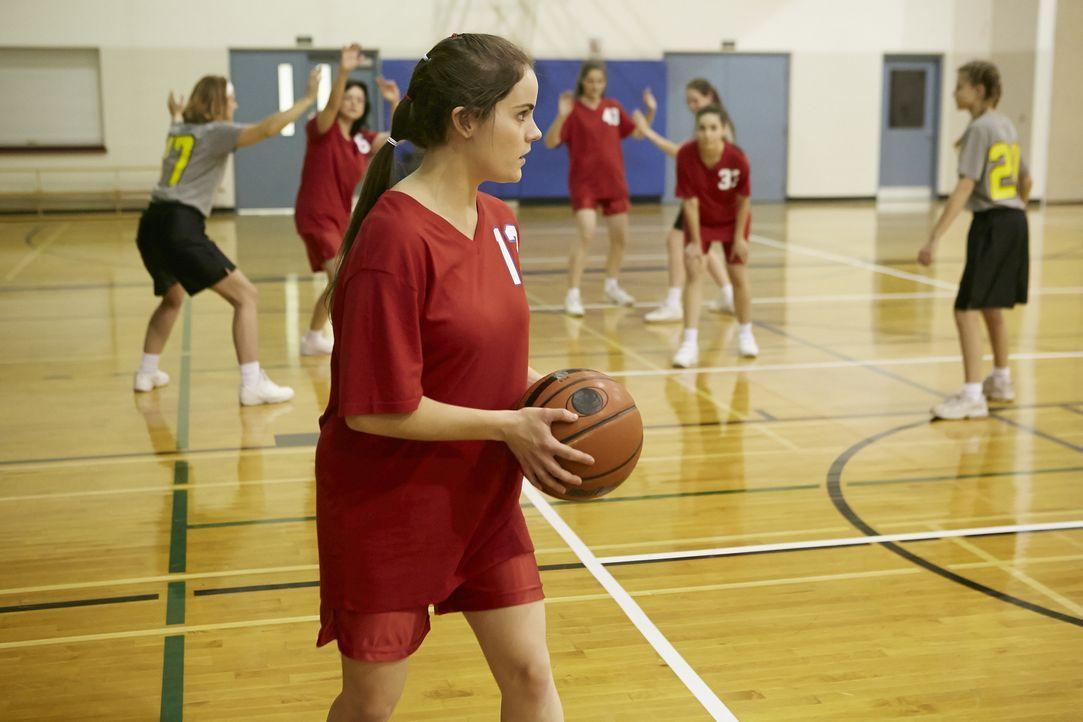 Die Drillinge und ihre Freundinnen stehen sich sehr nah. Sie treiben gerne Sport und teilen eine Leidenschaft für Basketball. Das eingespielte Team... - Bildquelle: Ian Watson Cineflix 2014