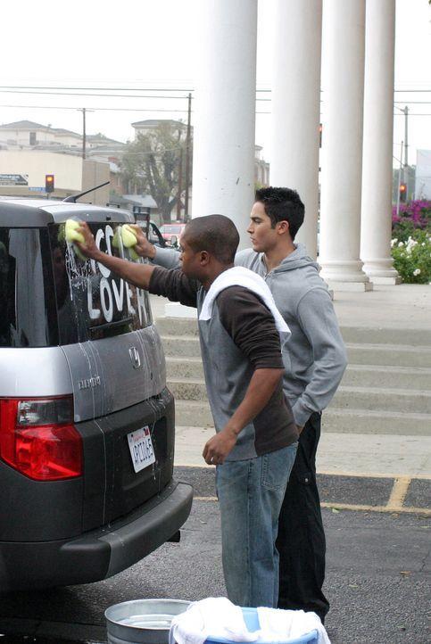 Der neue Afroamerikanische Mitschüler von Martin (Tyler Hoechlin, r.) hat es alles andere als leicht, akzeptiert zu werden. Als dann noch Martins A... - Bildquelle: The WB Television Network