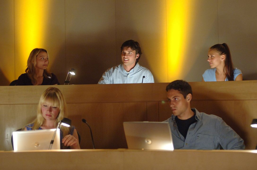 Was Lois (Erica Durance, l.), Clark (Tom Welling, M.) und Lana (Kristin Kreuk, r.) bald erfahren, wird ihre Gedanken an die Schule sofort verdrängen... - Bildquelle: Warner Bros.