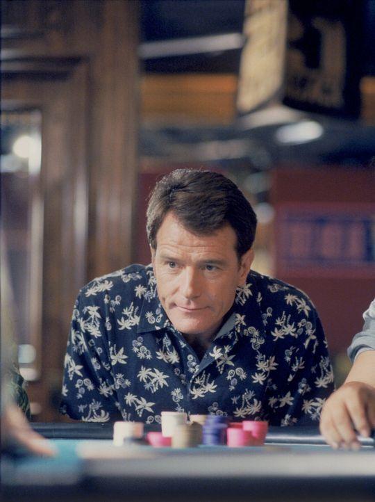 Hal (Bryan Cranston) konzentriert sich im Casino auf sein Spiel ... - Bildquelle: TM +   2000 Twentieth Century Fox Film Corporation. All Rights Reserved.