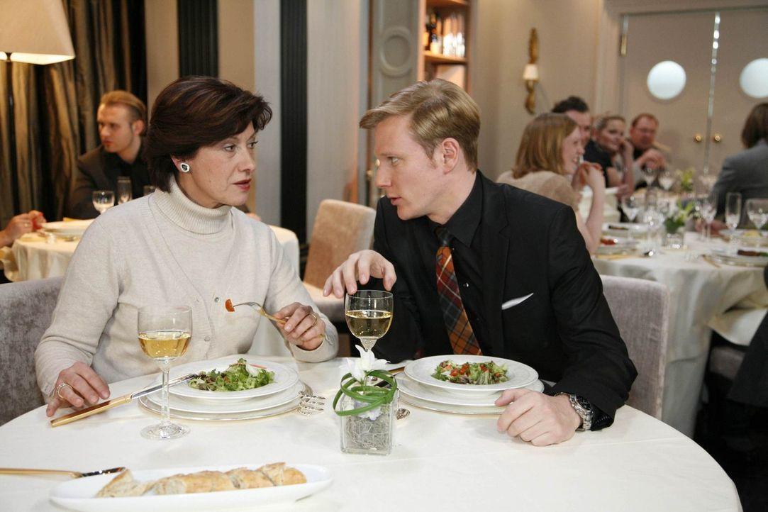 Philip (Philipp Romann, r.) outet vor Ingrid (Olivia Silhavy, l.) seine nicht ganz heeren Absichten, um Mark vollends zu disqualifizieren ... - Bildquelle: SAT.1