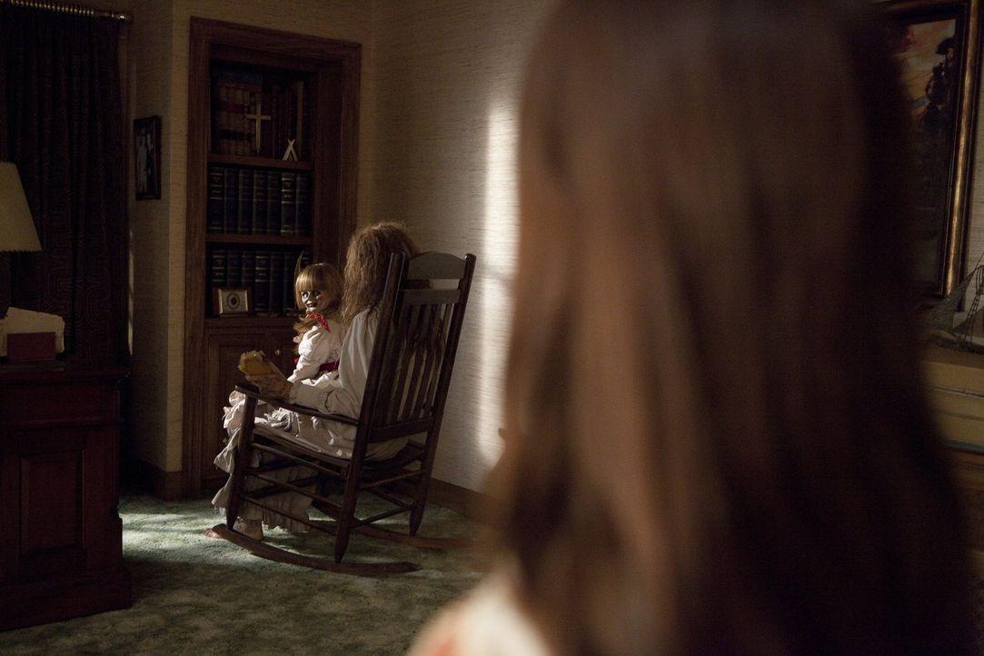 Bei der Untersuchung des Hauses entdecken Ed und Lorraine, dass das Haus einst einer der Hexerei beschuldigten Frau namens Bathsheba (Joseph Bishara... - Bildquelle: Warner Brothers