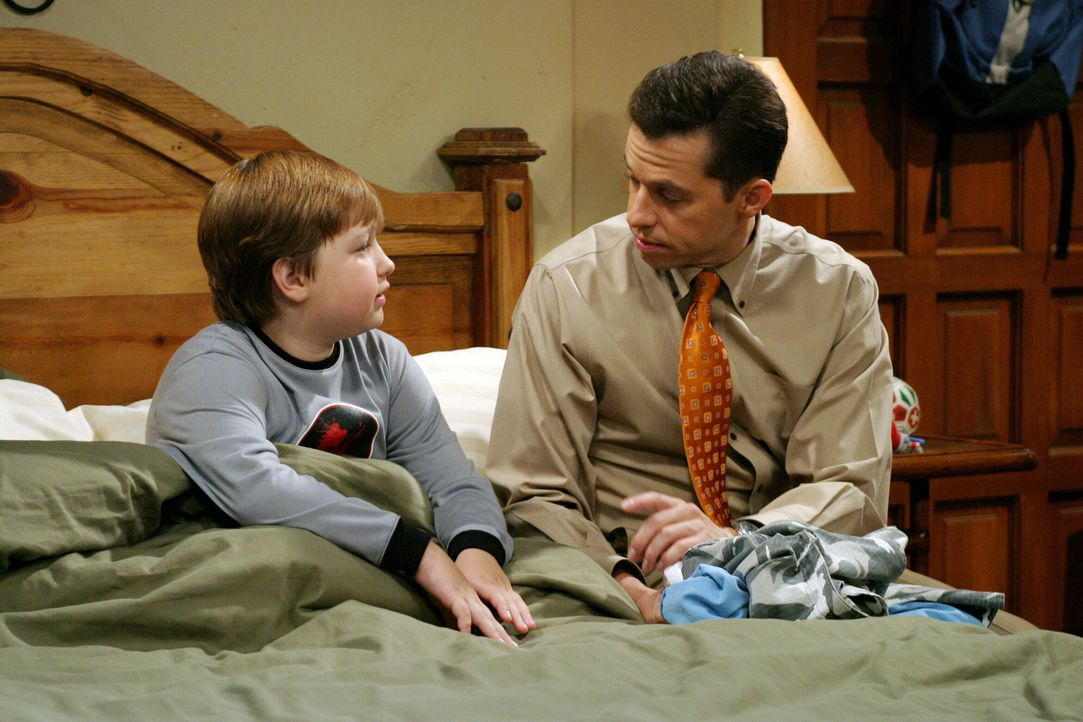 Alan (Jon Cryer, r.) versucht seinem Sohn Jake (Angus T. Jones, l.) zu erklären, dass er in seiner Kindheit einem bösen Streich zum Opfer fiel ... - Bildquelle: Warner Brothers Entertainment Inc.