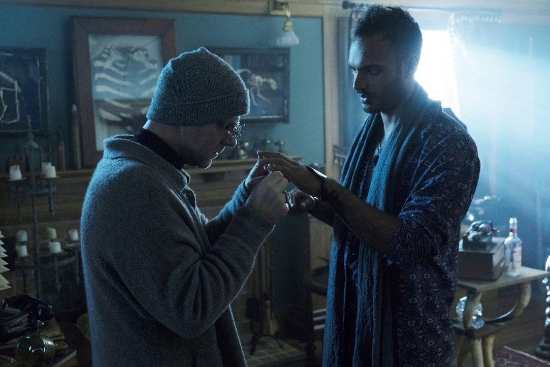 Eigentlich hatte Penny (Arjun Gupta, r.) gehofft, dass er mit den Händen, die ihm die weiße Lady geschenkt hat, endlich wieder Magie anwenden kann,... - Bildquelle: Eric Milner 2016 Syfy Media, LLC