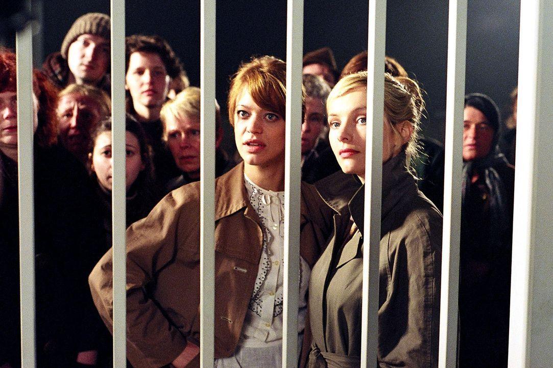 Renate (Heike Makatsch, l.) und Helga (Nadja Uhl, r.) warten vor dem Werktor auf Nachricht von ihren verschütteten Männern. - Bildquelle: Gordon Mühle Sat.1
